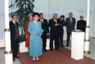 """Ректор Інституту банкірів Банку """"Україна"""" Л. Поречкіна вручає перші дипломи інституту. 1995 рік."""